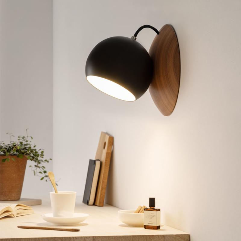 ORBIT-Wandlampe-aus-Nussbaum-Holz-schwarz-leuchtend-magnetisch-verstellbar